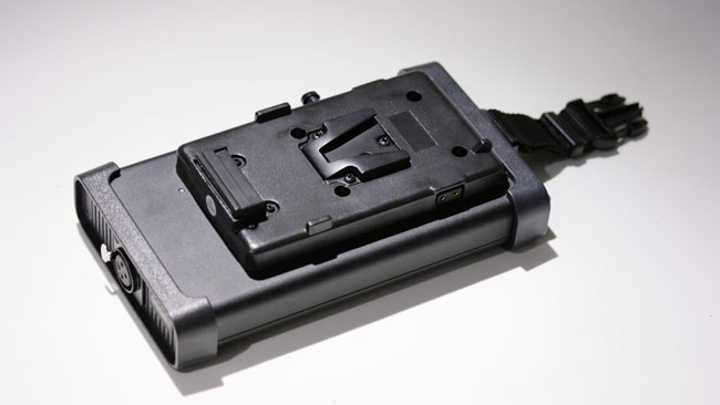 Batteries_can_be_mounted_directly_on_the_back_of_the_control_unit_although_120W_is_a_lot_of_power_for_a_camera_battery.JPG