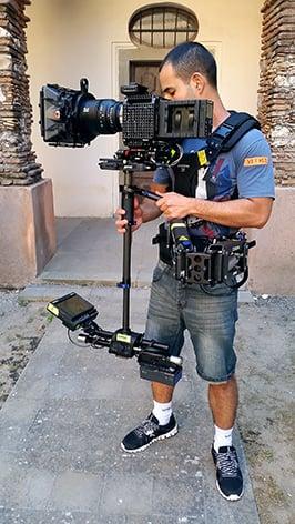 Vitali_Agronov_from_the_Israel_Film_School_with_the_Steadicam_Zephyr-_location_Terre_di_Cinema_workshop_in_Sicily.jpg