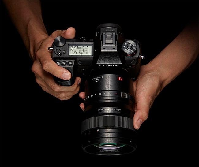 panasonic-full-frame-lumix-s1r-handheld-845943.jpg